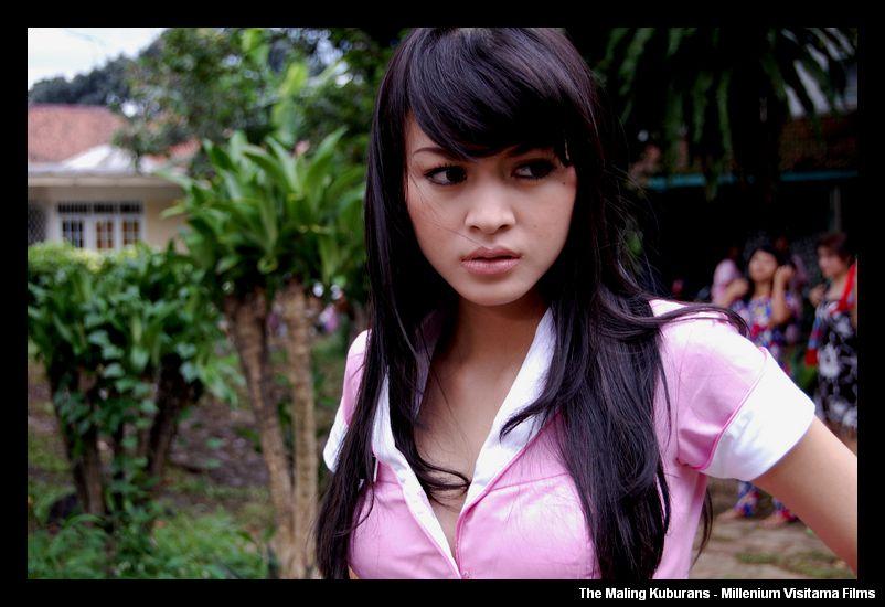 click to download Foto Syahrini Seksi