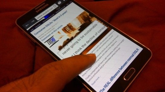 Dekatkan jari tanpa menyentuh layar pada browser, untuk zoom.