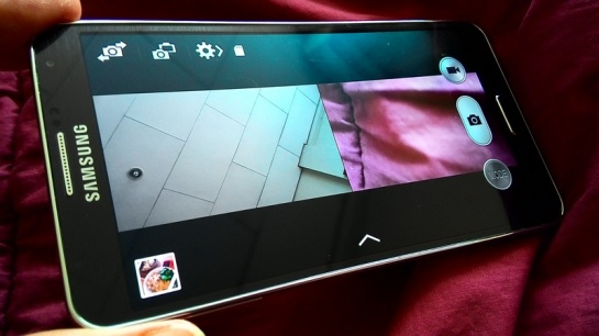 Galaxy Note 3 dan Galaxy S4 , mampu merekam video HD depan belakang secara split screen.