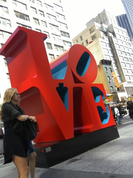 Salah satu obyek foto wajib di NY. All you need, is love.