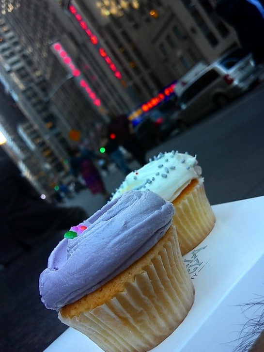 Makan cupcake Magnolia di depan Radio City Music Hall, NY.