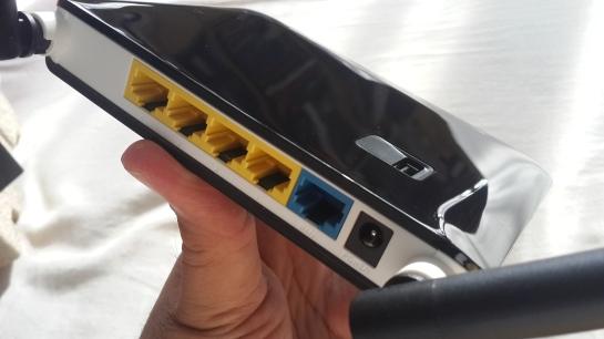 Bagian belakang D-Link DWR-116, USB port untuk modem ada di atas.