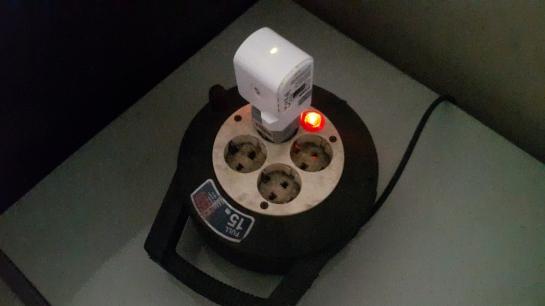 Wireless Range Extender D-Link DAP-1320 cukup ditancap ke listrik, di lantai dasar.