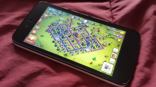 Memainkan game Clash of Clans di Evercoss One X.